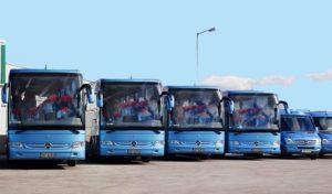 Liczne autobusy na lotnisku Podgorica realizują transfery tylko zorganizowanych grup biur turystycznych i hoteli.