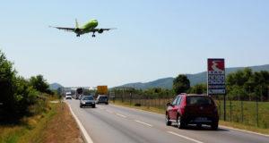 Samolot nad główną droga jadąc z lotniska Tivat to częsty widok.