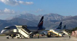 Lotnisko w Tivacie jest położone nad morzem i w otoczeniu wielkich wzgórz.