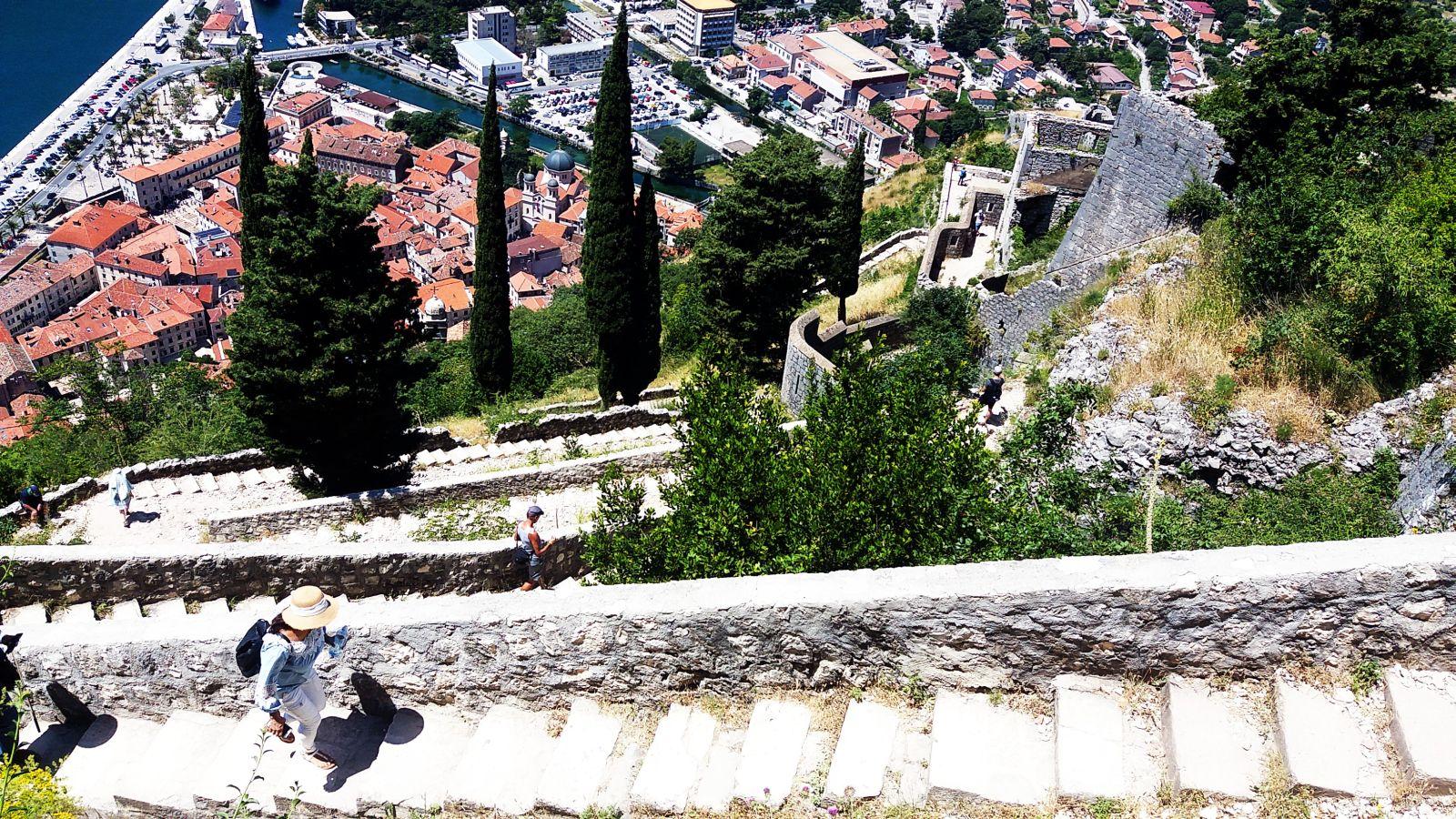 Schody wzdłuż murów miasta w Kotorze.