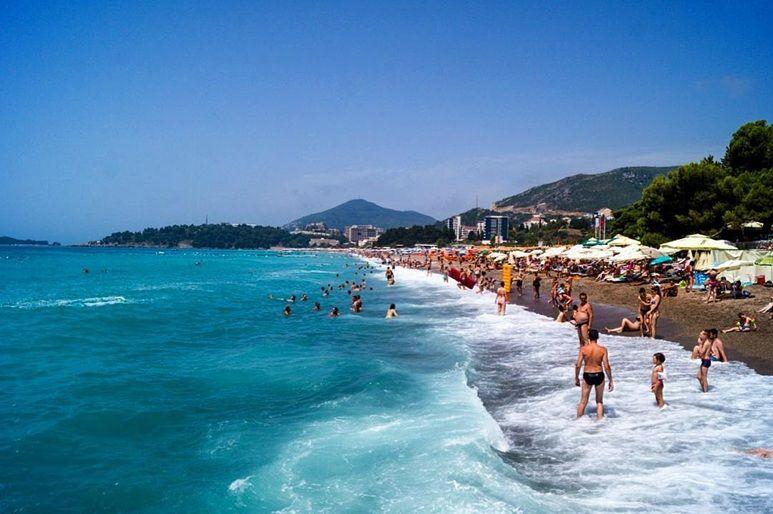 Nad wybrzeżem w Czarnogórze mamy do wybory wiele plaż żwirowych i piaszczystych.