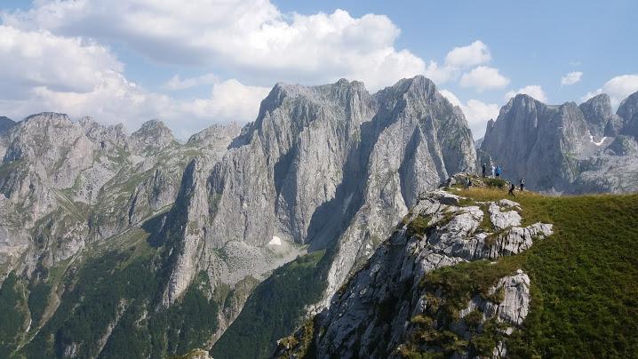 Tereny górskie w Czarnogórze okazują się świetnym pomysłem na urlop za równo w lato jak i zimą. Na zdjęciu Góry Przeklęte w lipcu.
