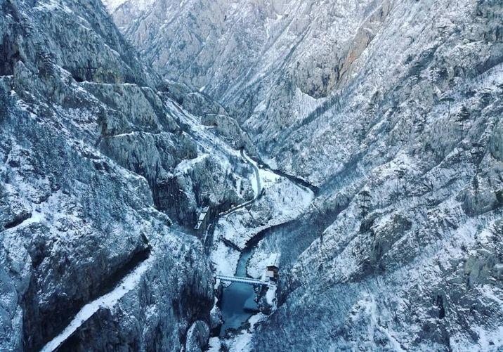 W zimie kanion rzeki Tary wprawia w zachwyt tak samo mocno jak latem.