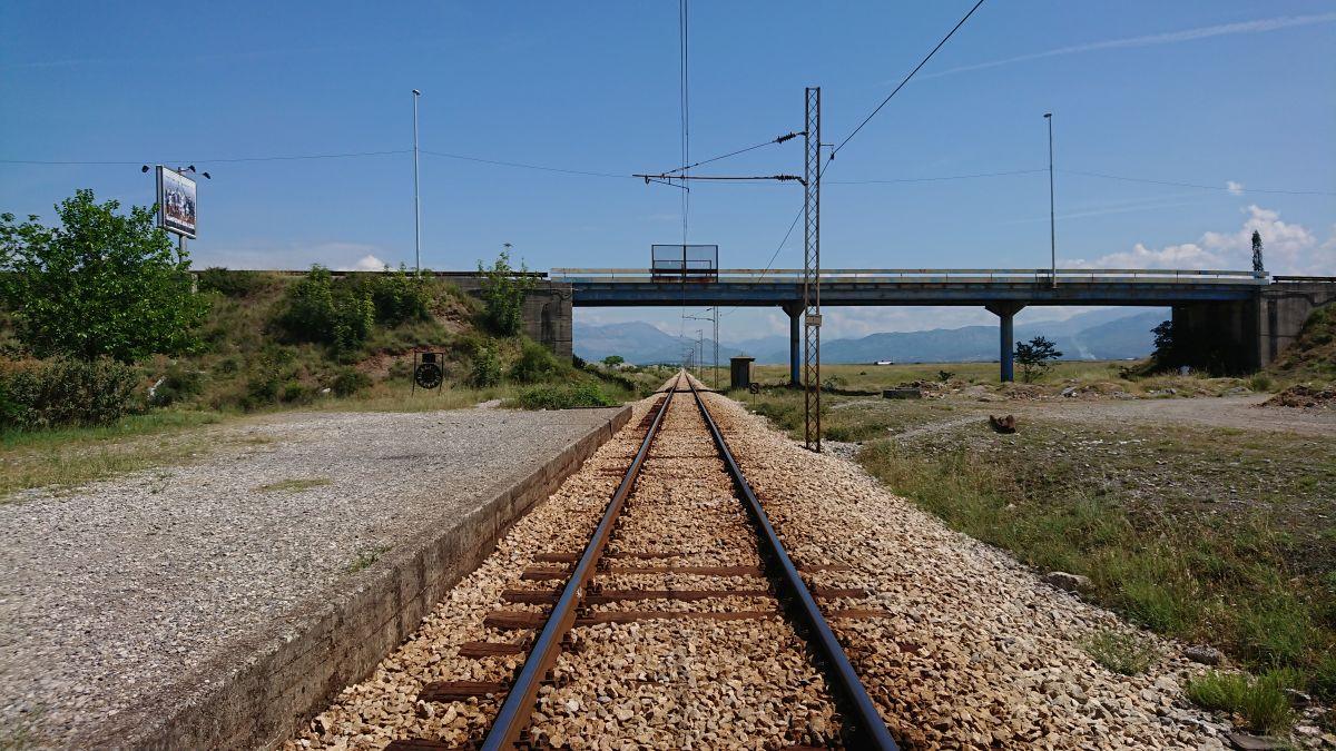 Organizując dojazd z lotniska Podgorica, warto uwzględnić pociąg.