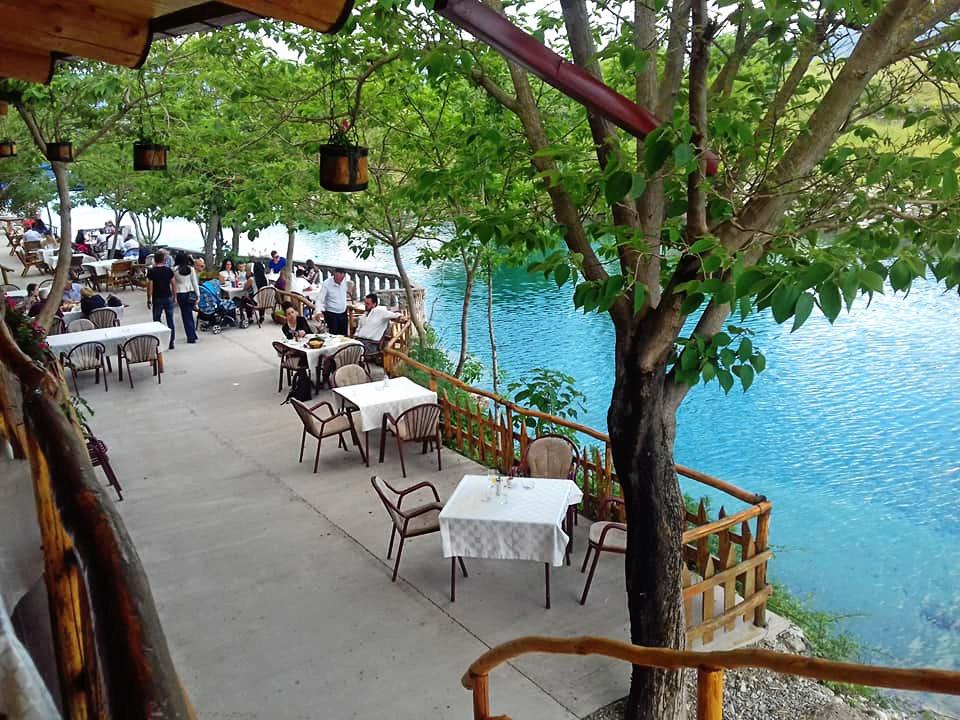 Restauracja nad wodospadem Niagara w Czarnogórze.