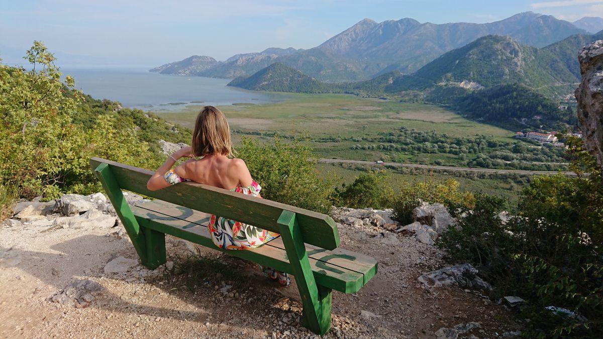 Jeden z ławeczkowych punktów widokowych w Czarnogórze.