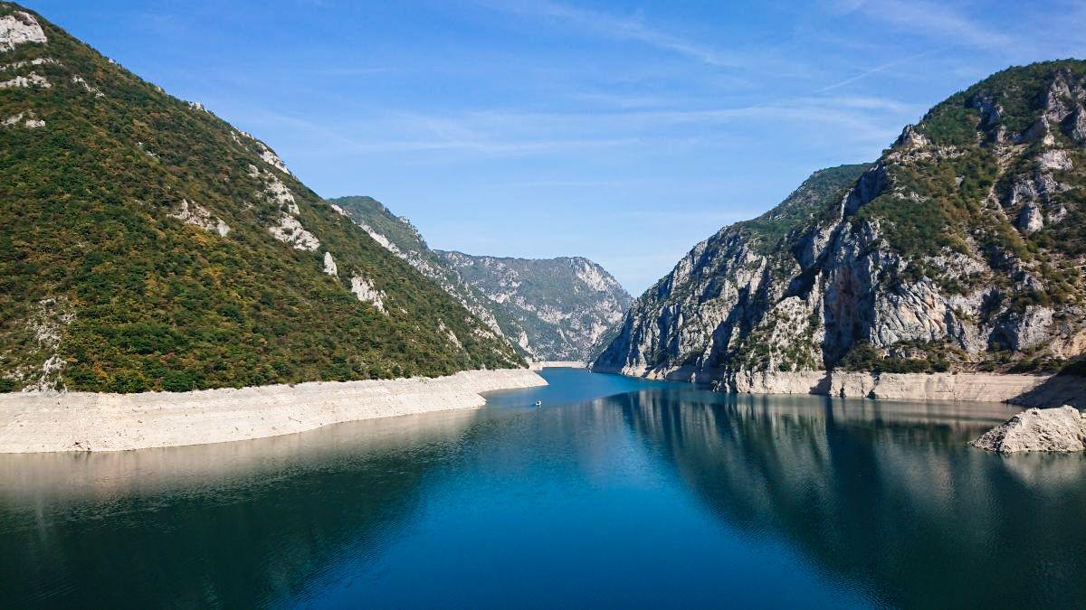 Widok na Jezioro Piva przy głównej drodze.
