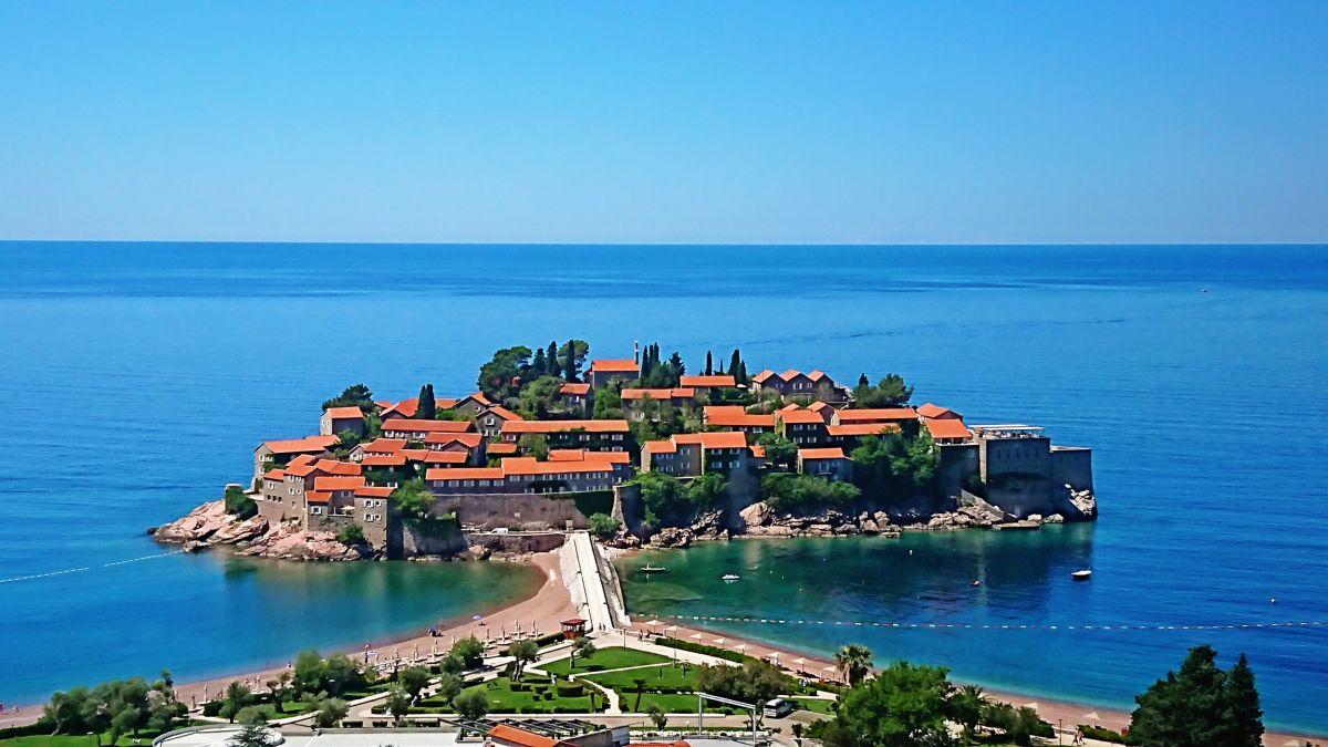 Widok na wyspę Sveti Stefan z głównej ulicy.