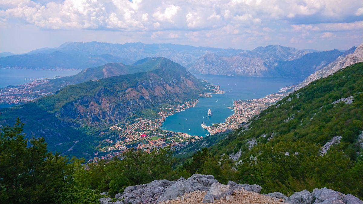Widok na Zatokę Kotorską z 25-tej agrafki.