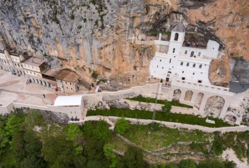 Klasztor wykuty w skale Ostrog.