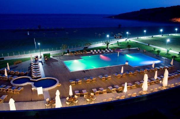 Hotel Otrant położony jest przy plaży.