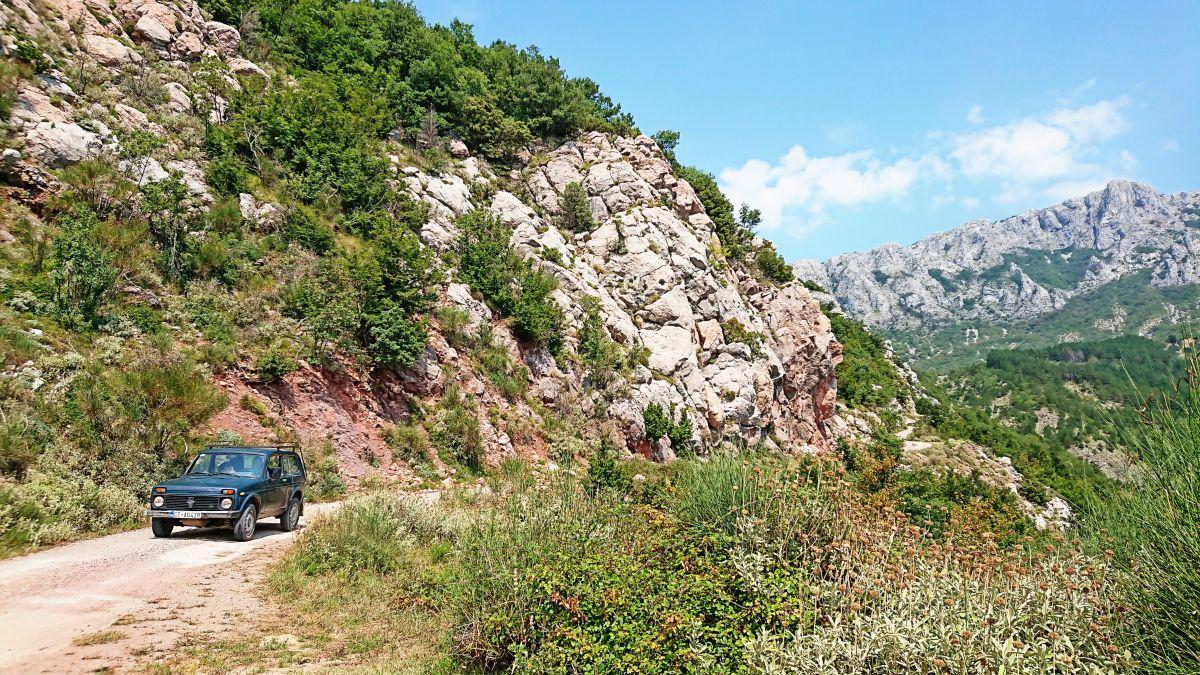 W Czarnogórze w wiele miejsc wjedziemy tylko z napędem 4x4.