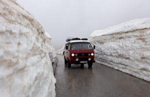 Droga w śnieżnych tunelach. Autor: Gośka Rębiś