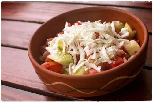 Šopska salata znajduje się w każdej czarnogórskiej restauracji.