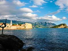 Widok na Stare Miasto w Budvie i wyspę Sveti Nicola.