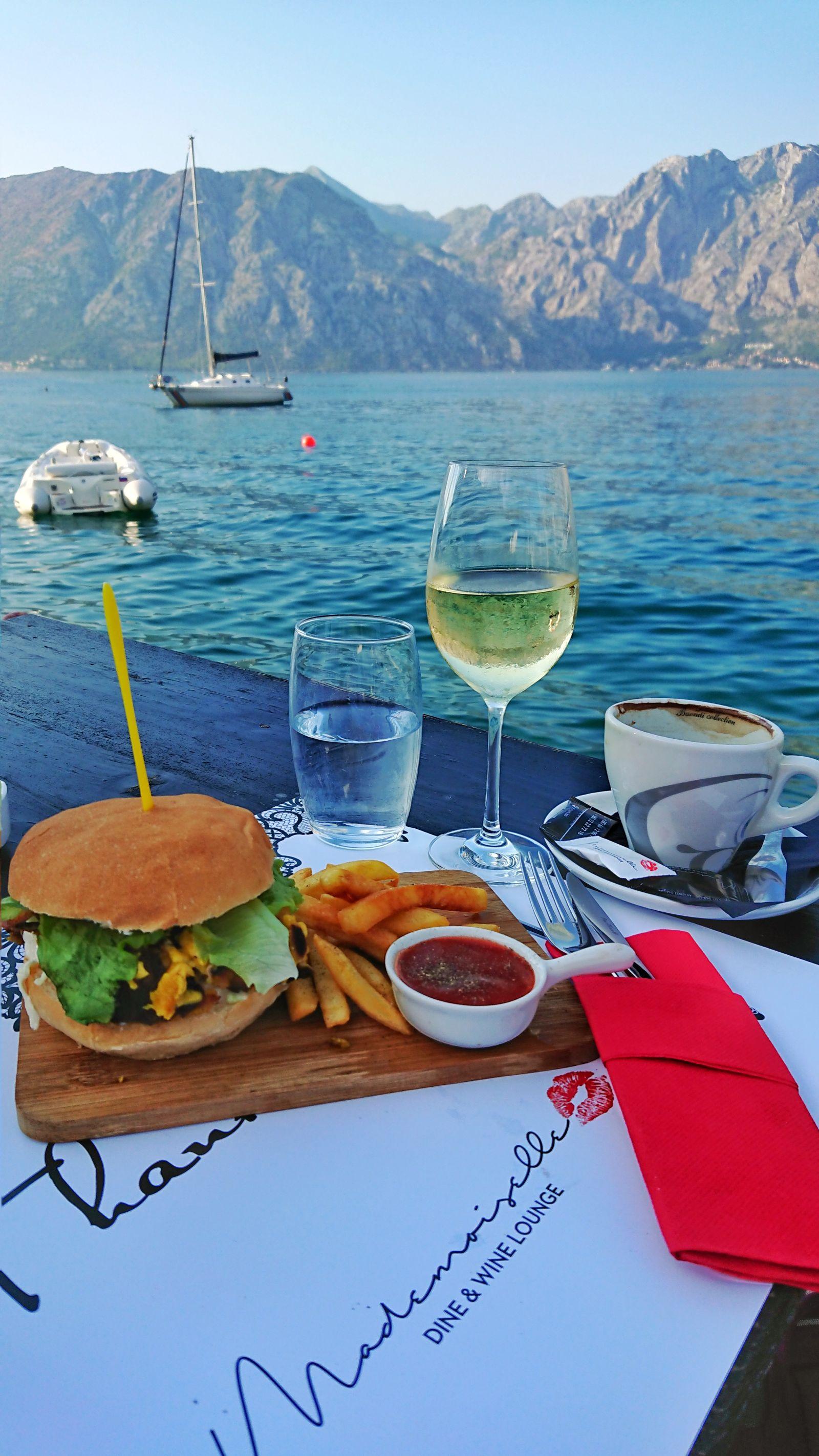 Piękny widok i smaczne jedzenie, tego znajdziemy wiele w Czarnogórze.
