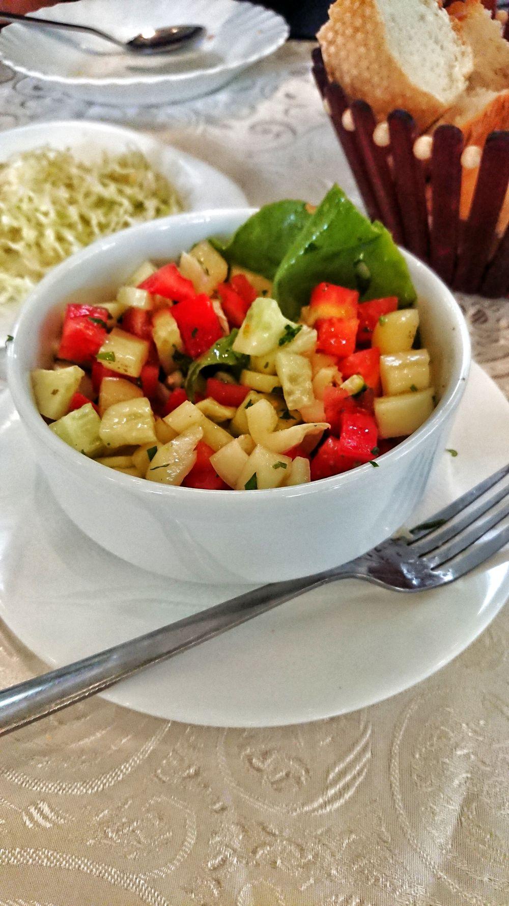 Srpska salata to proste danie, ale to jakość składników powoduje nieprzeciętny smak.