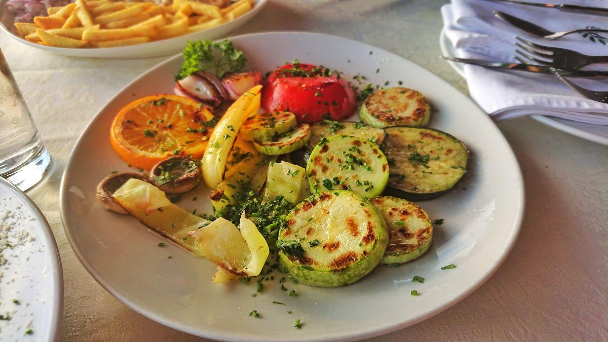Podstawą kuchni wegetariańskiej w Czarnogórze są grillowane warzywa.