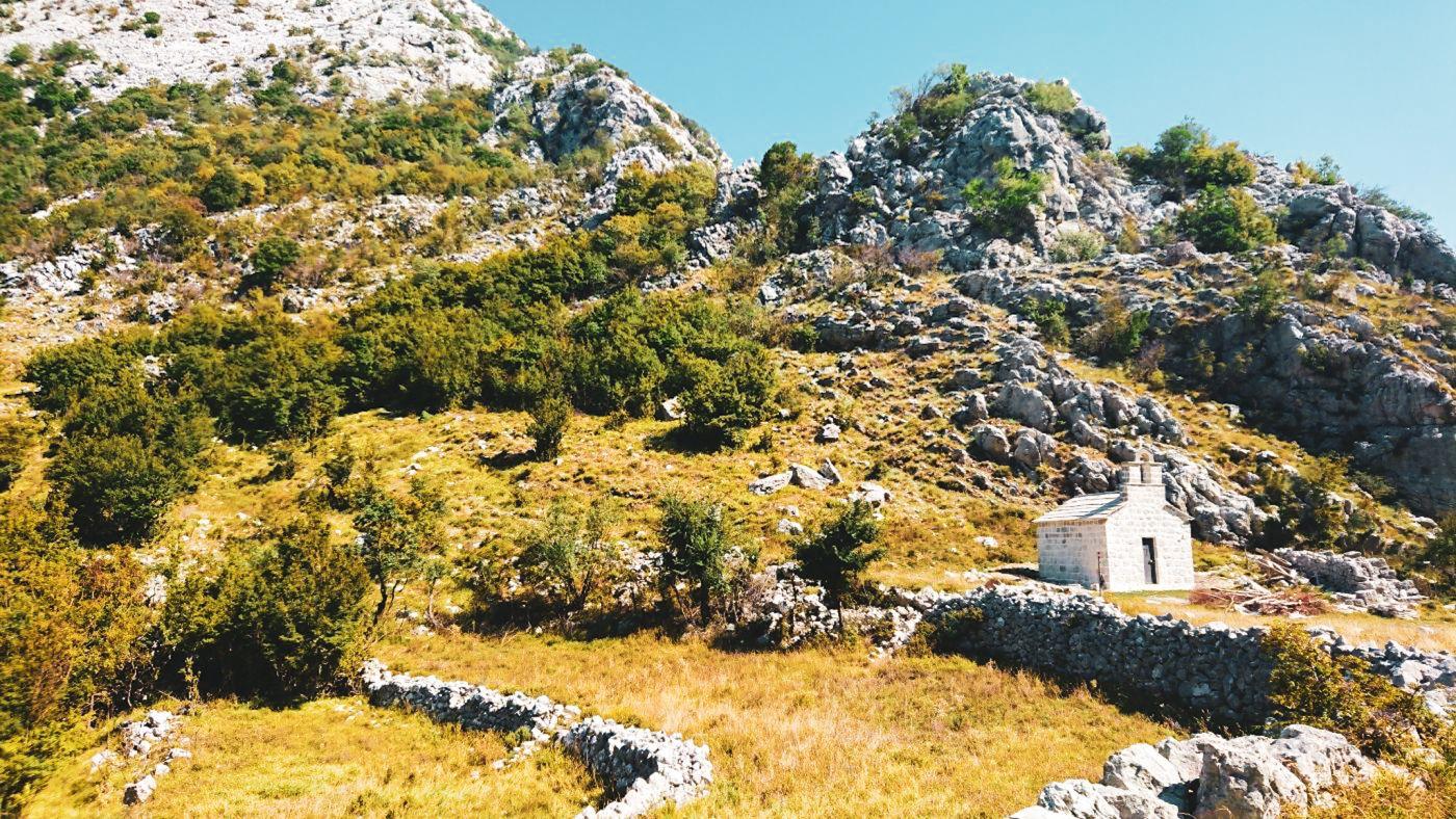 Mała cerkiew na trasie trekkingowej do twierdzy św. Andrzeja.