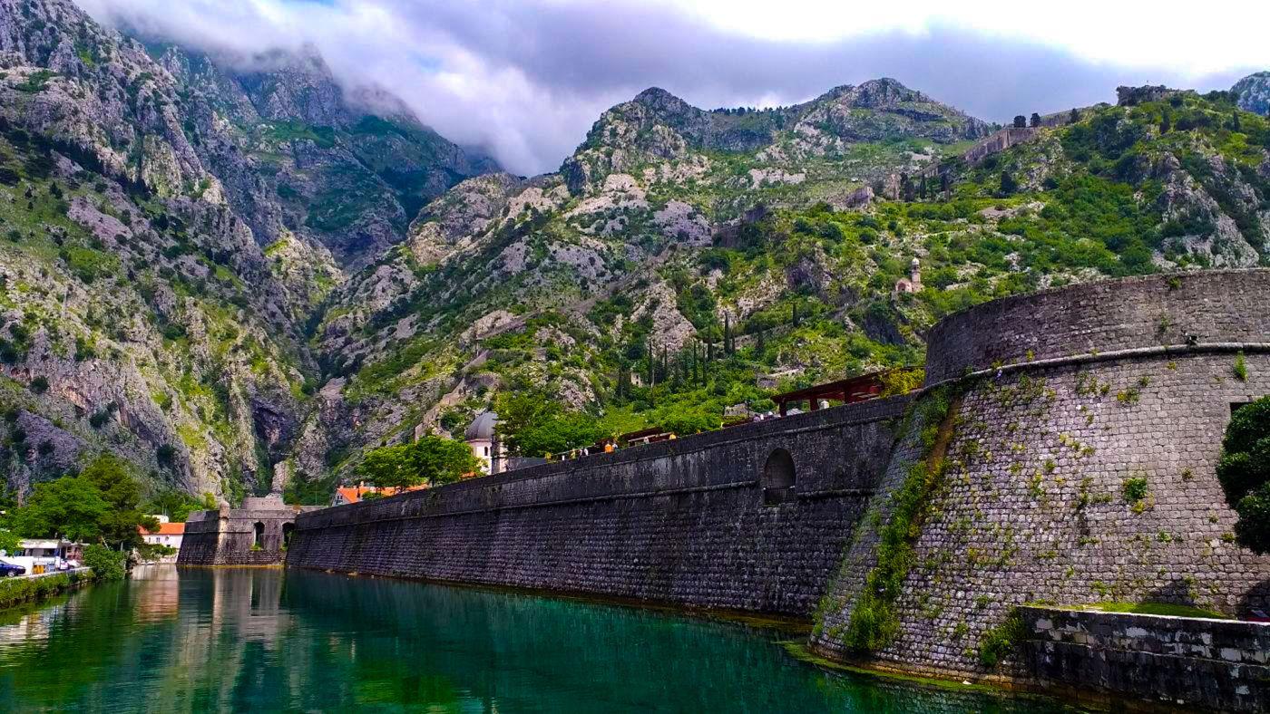 Mury starego miasta w Kotorze.
