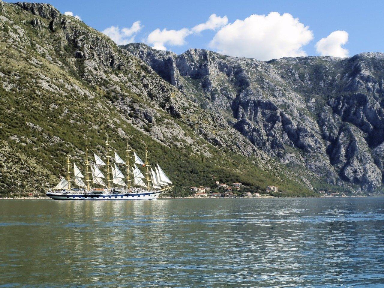Rejsy w Zatoce Kotorskiej są bardzo popularne.