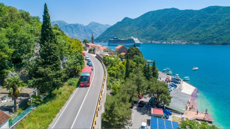 Atrakcję hop-on hop-off znajdziemy, też w Czarnogórze.