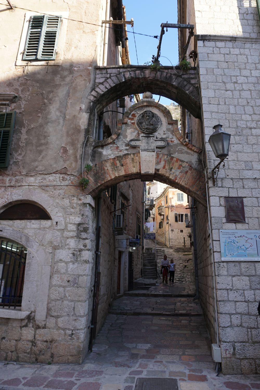 Za tą bramą, dale znajduje się wejście na mury kotorskie.