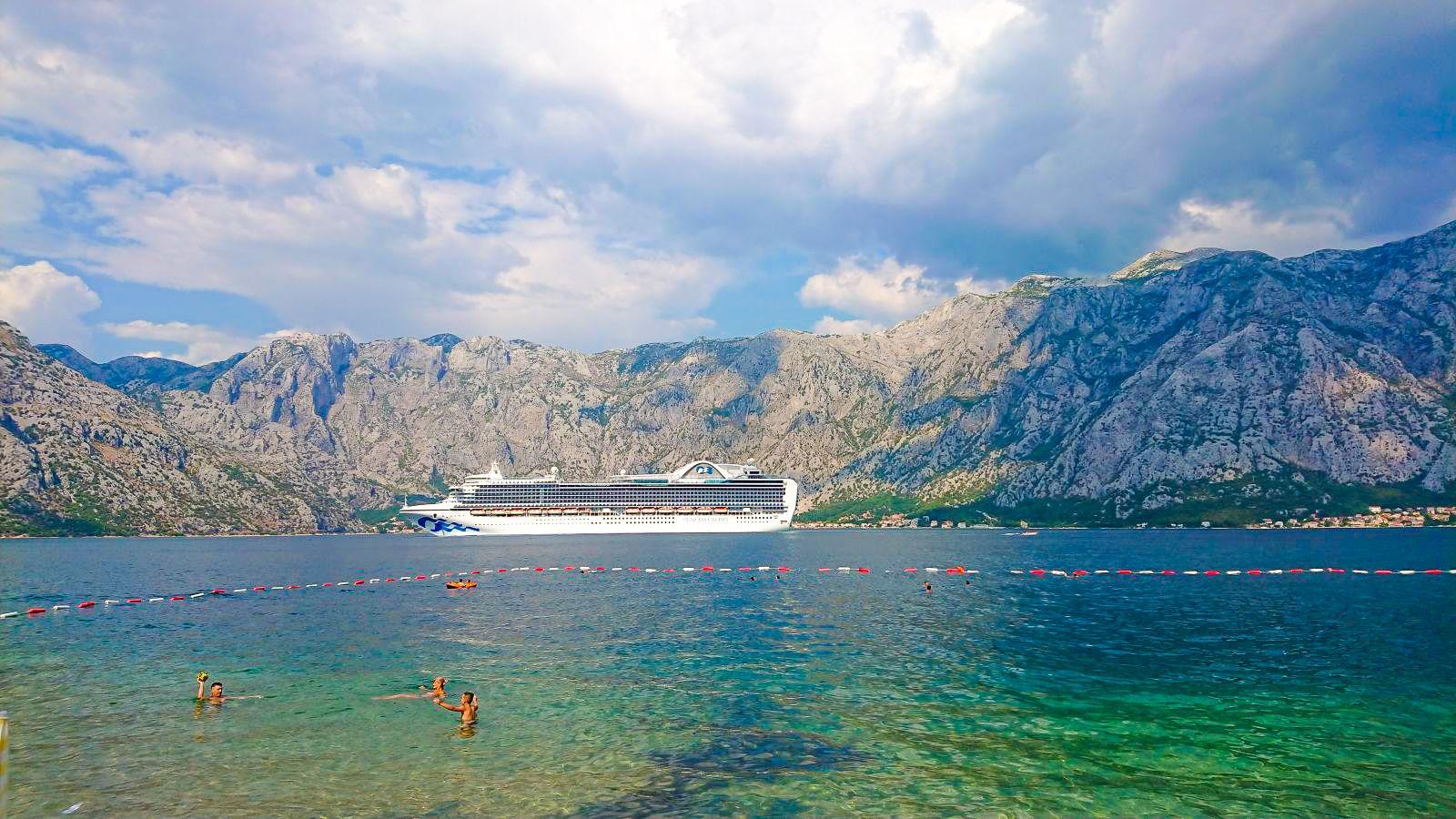 Pływanie w Zatoce Kotorskiej robi wrażenie.