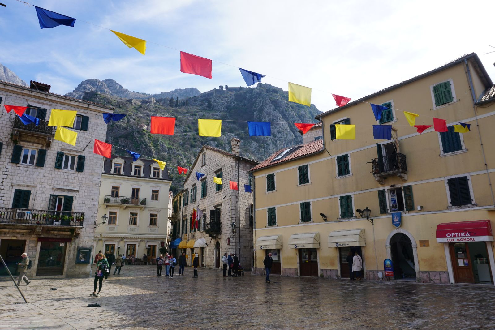 Ozdoby po festiwalu w Kotorze.