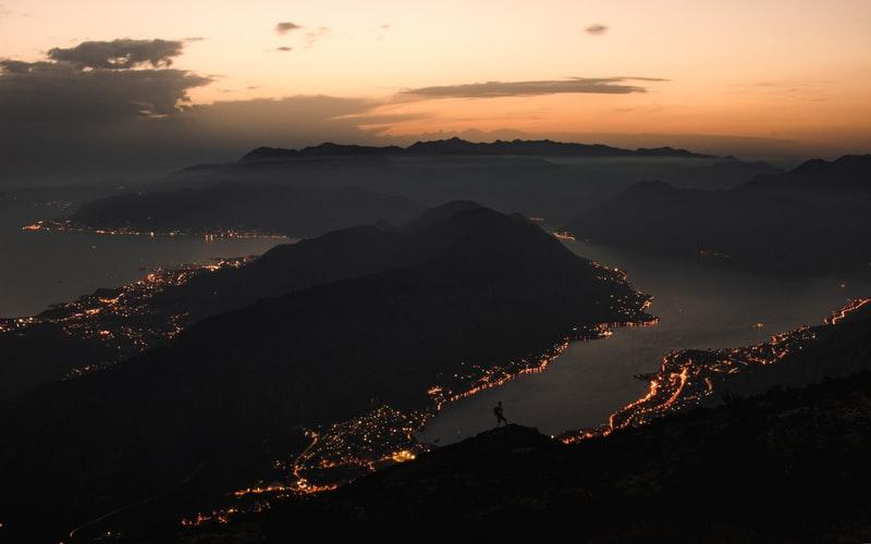 Zatoka Kotorska nocą.