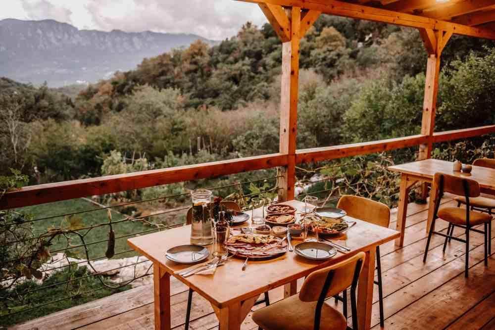 Hoopoe Glamping w Czarnogórze słyną z pysznych posiłków.