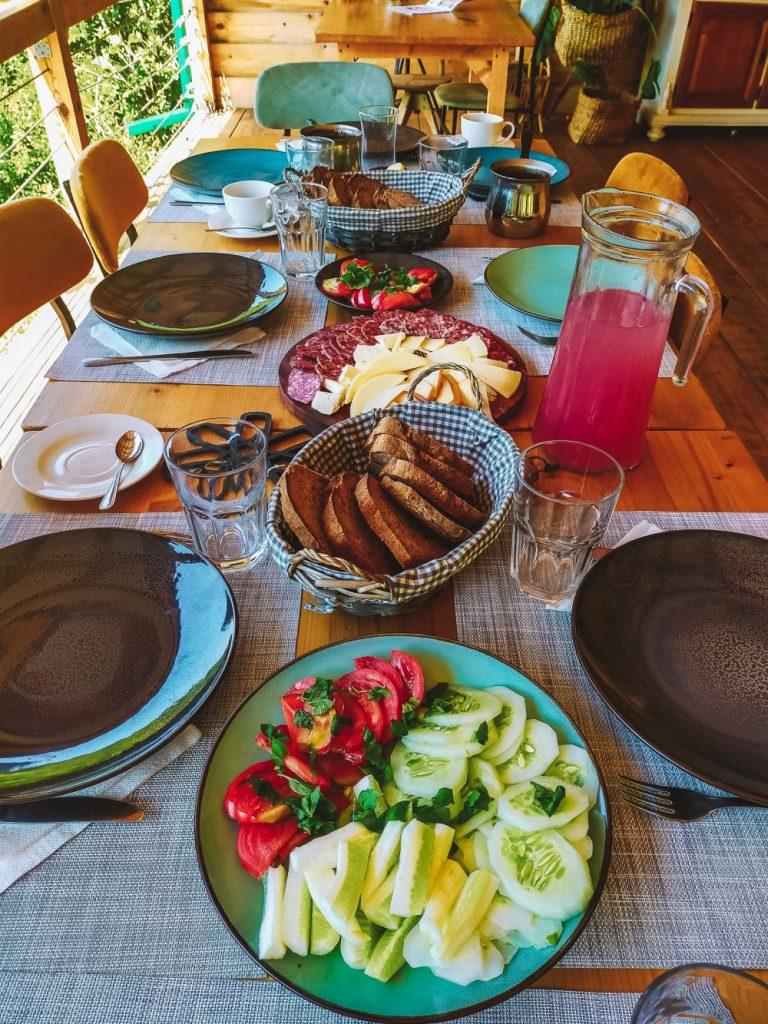 Przepyszne jedzenie na glampingu w Czarnogórze.