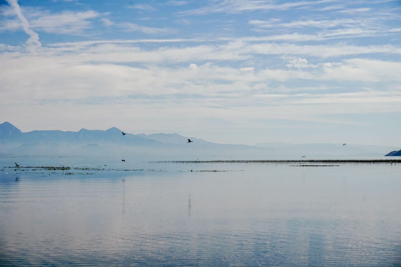 Zamglone, w jesienno-zimowej scenerii lub z dymem, jezioro nadal zachwyca.