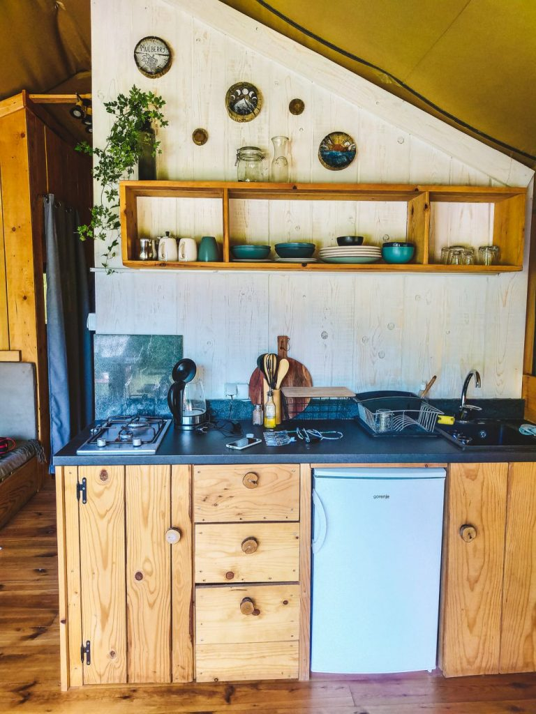 Aneks kuchenny w namiocie Mulberry.