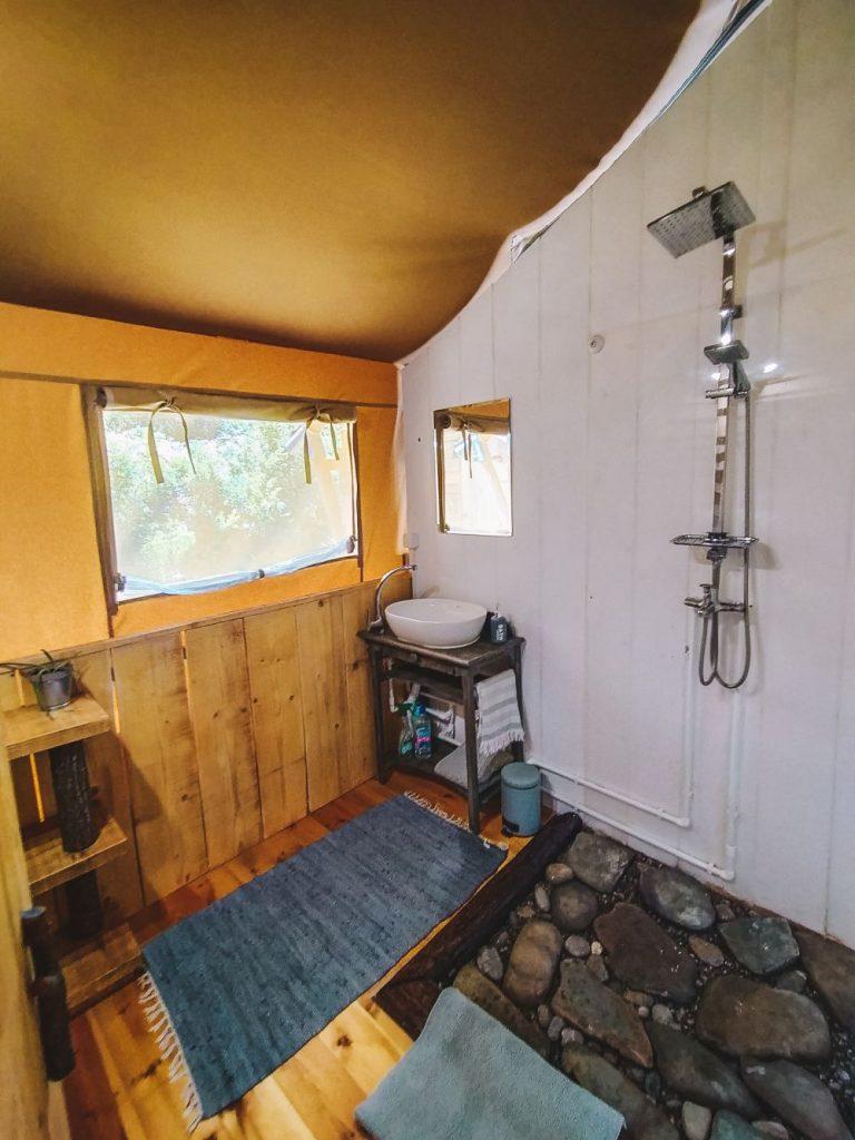 Łazienka w namiocie Mulberry.