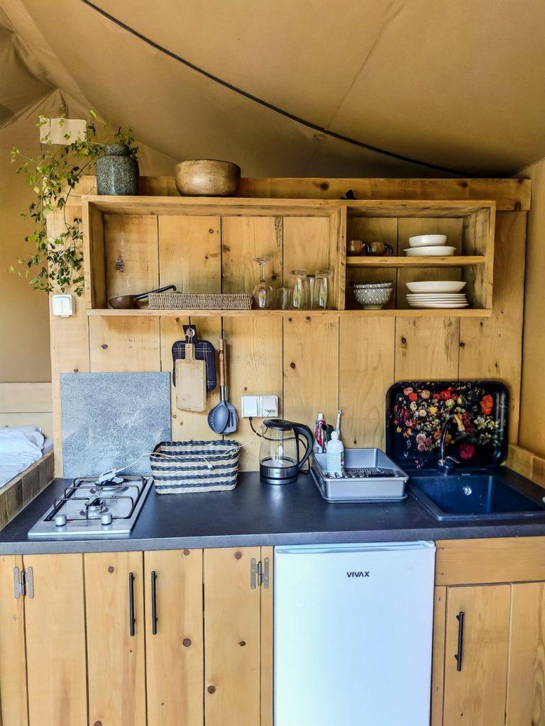 Aneks kuchenny w namiocie Oak.