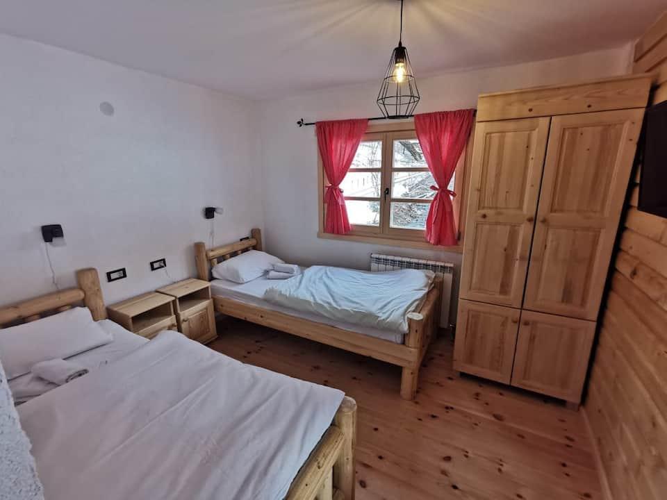 Pokój dwuosobowy, z oddzielnymi łóżkami.