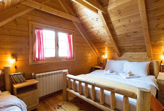 Sypialni z łóżkiem małżeńskim i pojedynczym.
