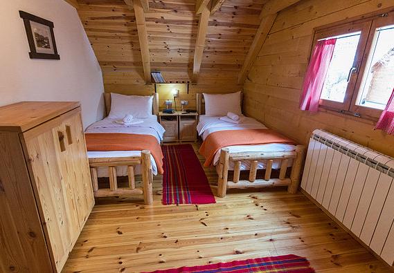 Sypialnia z dwoma oddzielnymi łóżkami.