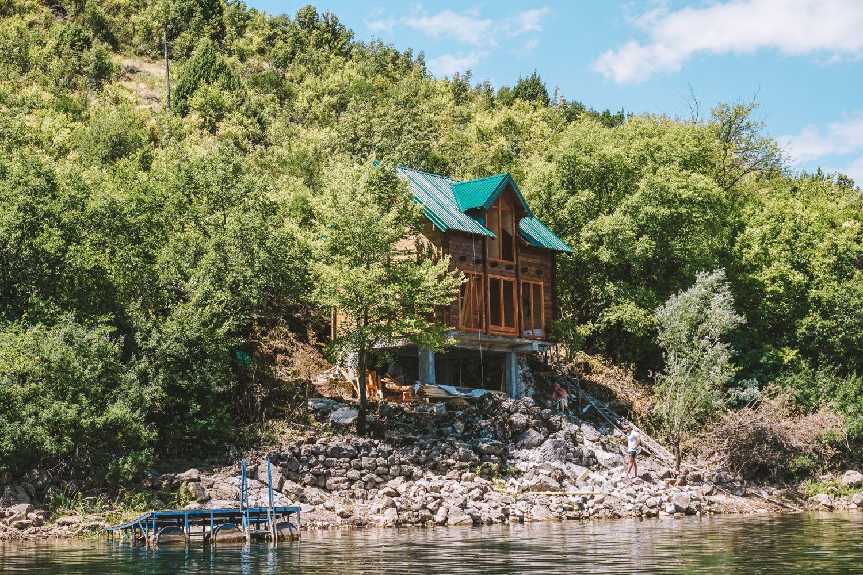 Poziom wody w jeziorze podnosi się nawet o 6 metrów, dlatego domki buduje się na betonowych balach.