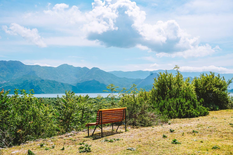 Ławeczka! Idealny punkt widokowy na wzgórzu Monastyru Vranjina.