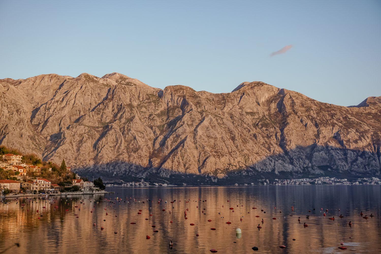 Zatoka Kotorska w promieniach zachodniego słońca.