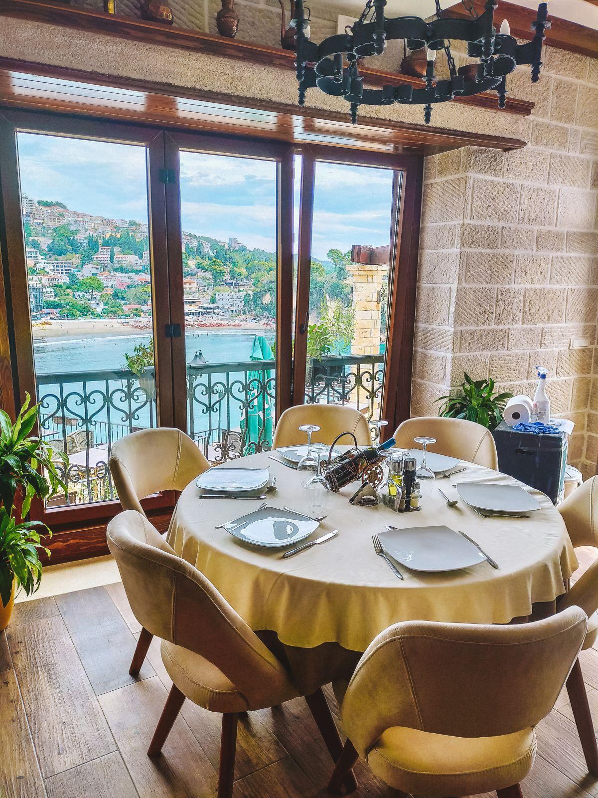 Widok z restauracji na starówce w Ulcinj.