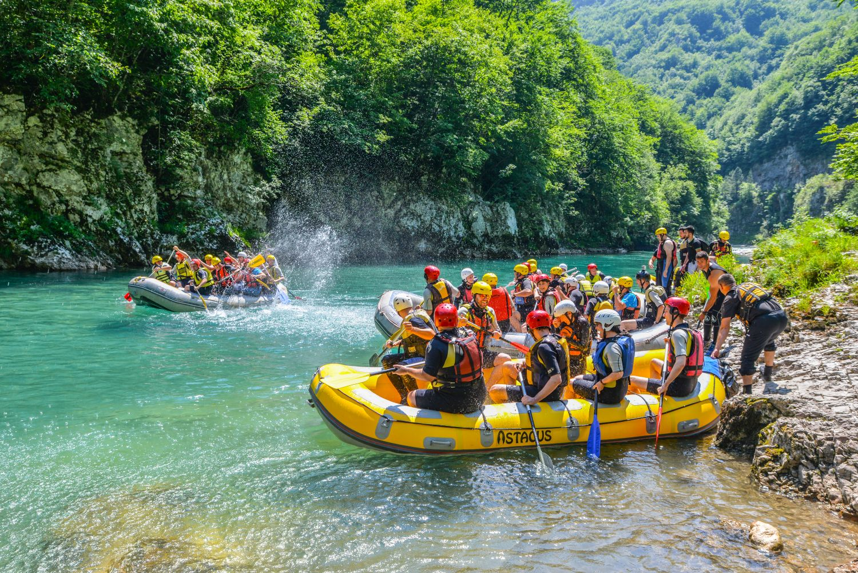 Rafting to idealna atrakcja dla osób lubiących sporty wodne