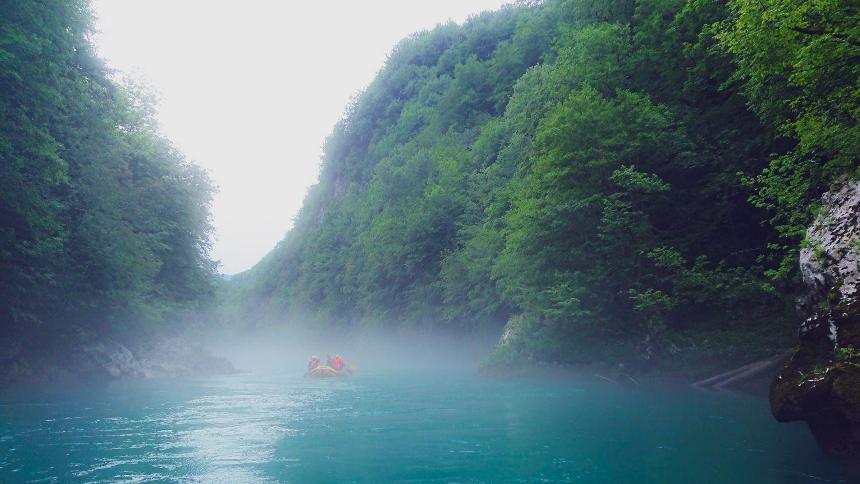 Niezapomniany rafting we mgle
